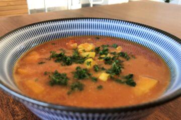 Karrysuppe med kylling og tomat