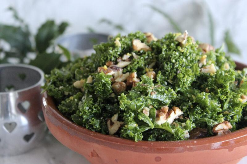 Grønkålssalat med parmesan og basilikum-gremolata