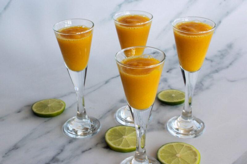Mangoshot med ingefær og gurkemeje